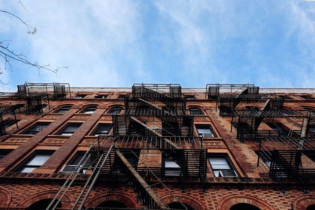 edificio in mattoni rossi