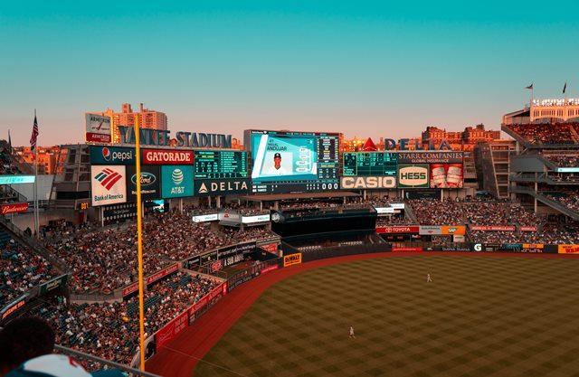 stadio con spettatori e schermo gigante