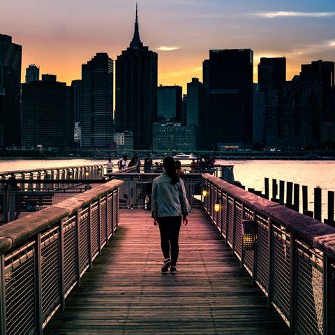 donna che cammina su un ponte
